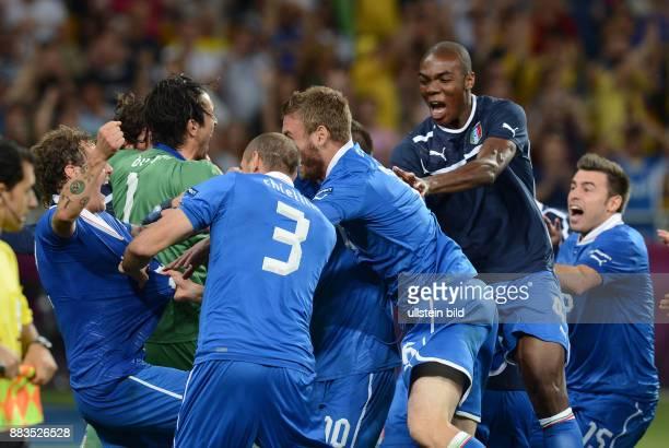 FUSSBALL EUROPAMEISTERSCHAFT England Italien Italienischer Jubel nach dem erfolgreichen Elfmeterschiessen um Torwart Gianluigi Buffon und Alessandro...