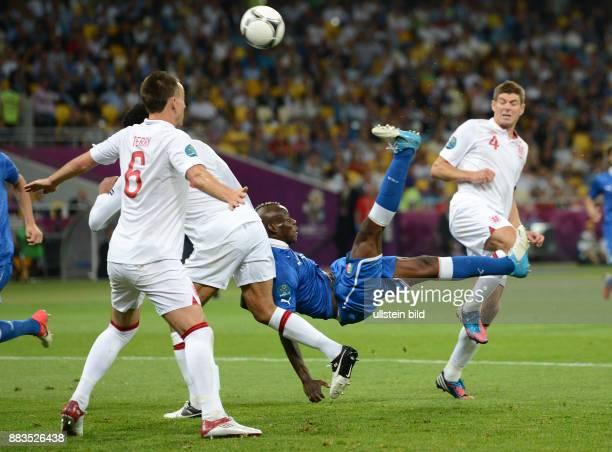 FUSSBALL EUROPAMEISTERSCHAFT England Italien Mario Balotelli per Fallrueckzieher gegen John Terry und Steven Gerrard