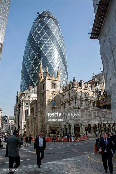 England London City of London Blick auf Wolkenkratzer im Finanzbezirk der City of London 30 St Mary Axe The Gherkin oder SwissReTower genannt