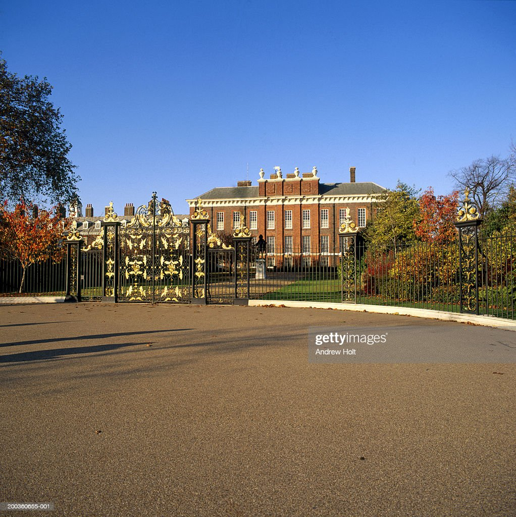 England, London, entrance gates to Kensington Palace : Stock Photo