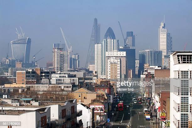 England London White Chapel Blick auf Wolkenkratzer des Finanzbezirks der City of London links das sog 'WalkieTalkie' mit gekrümmter Glasfassade...