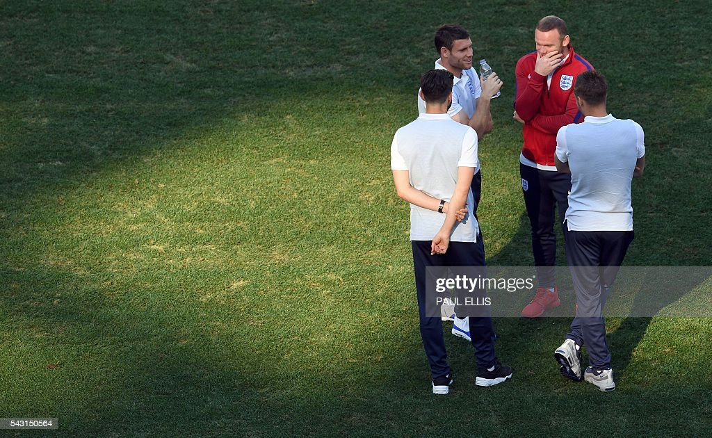 England midfielder Adam Lallana, (L) England midfielder James Milner, England forward Wayne Rooney and England forward Jamie Vardy stand in the stadium in Nice, France on June 26, 2016 during the Euro 2016 football tournament. / AFP / PAUL