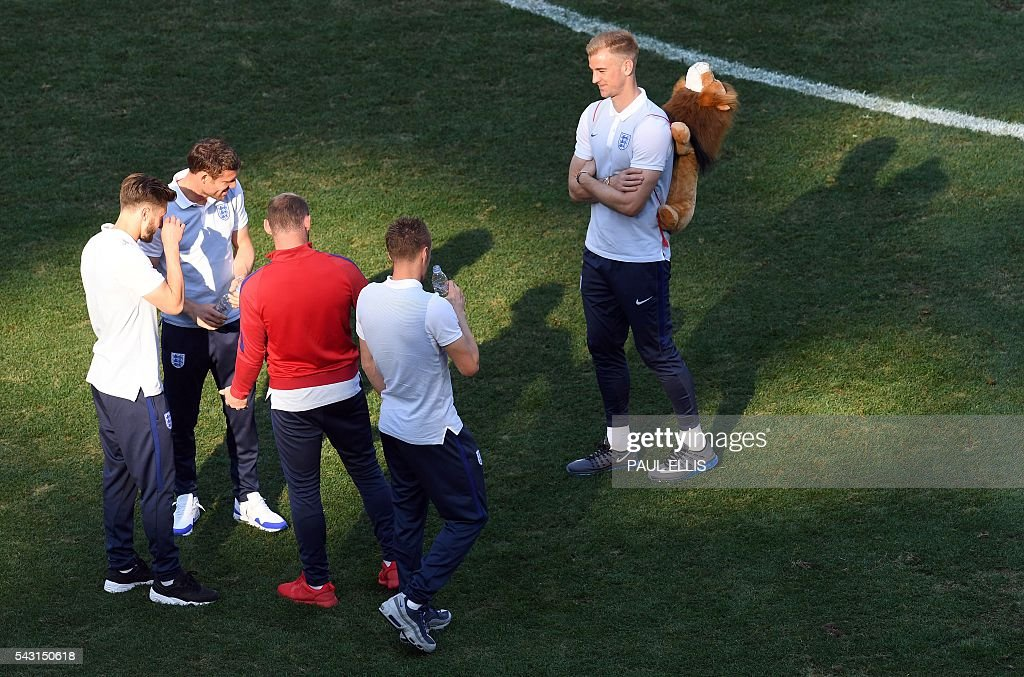 England midfielder Adam Lallana, (L) England midfielder James Milner, England forward Wayne Rooney and England forward Jamie Vardy talk to England goalkeeper Joe Hart (R) in the stadium in Nice, France on June 26, 2016 during the Euro 2016 football tournament. / AFP / PAUL