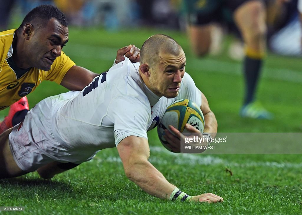 england player mike brown r is tackled by australias tevita kuridrani l - Point Mariage La Rochelle