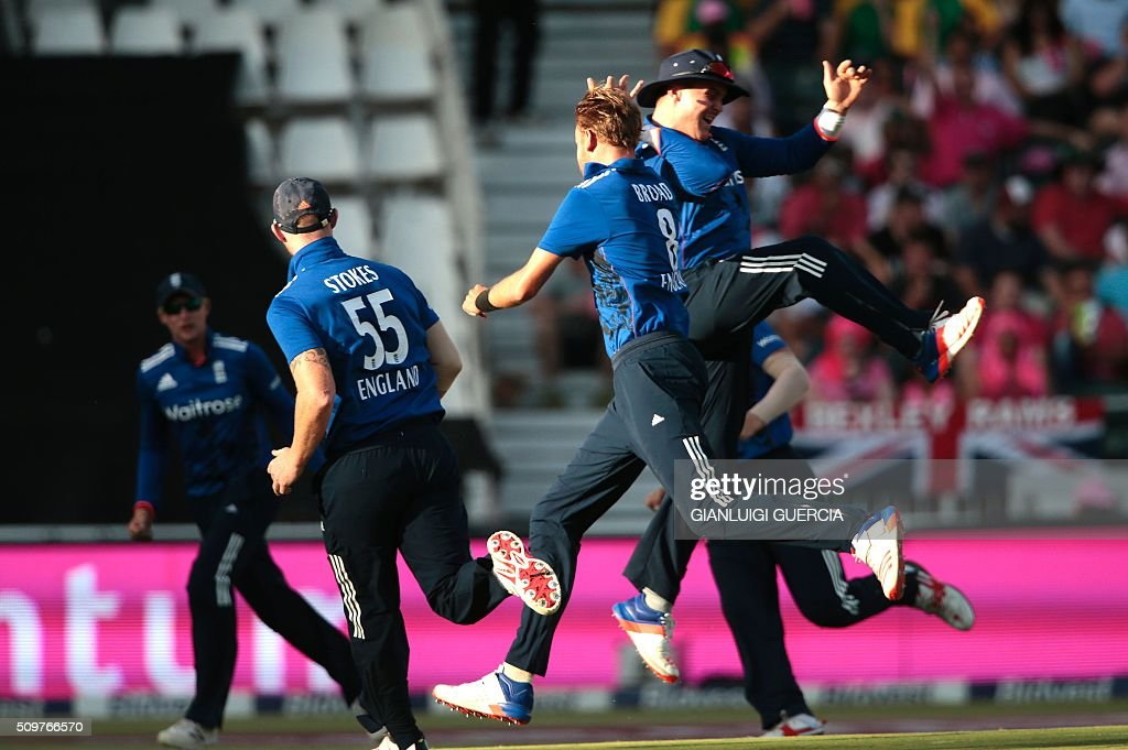 England team celebrate the dismissal of South African batsman Hashim Amla (NOT IN PICTURE) during the fourth One Day International (ODI) cricket match between England and South Africa at Wanderers on February 12, 2016 in Johannesburg, South Africa. / AFP / GIANLUIGI GUERCIA