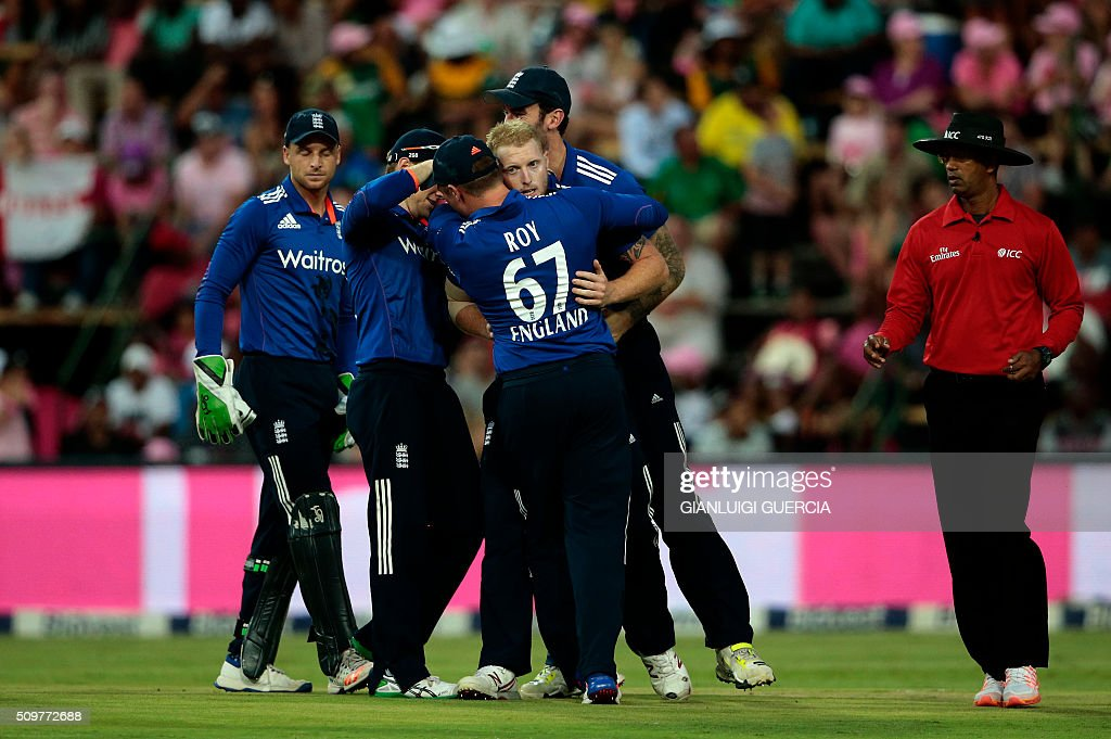 England team celebrates the dismissal of South African batsman Quinton de Kock (not in picture) during the fourth One Day International match between England and South Africa at Wanderers on February 12, 2016 in Johannesburg. / AFP / GIANLUIGI GUERCIA