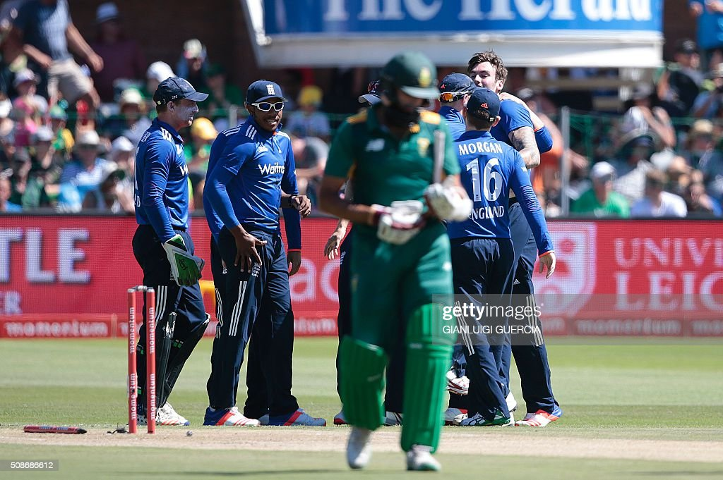 England Team celebrates the dismissal of South African batsman Hashim Amla (C) during the second One Day International match between England and South Africa at St. George's park on February 6, 2016 in Port Elizabeth. / AFP / GIANLUIGI GUERCIA