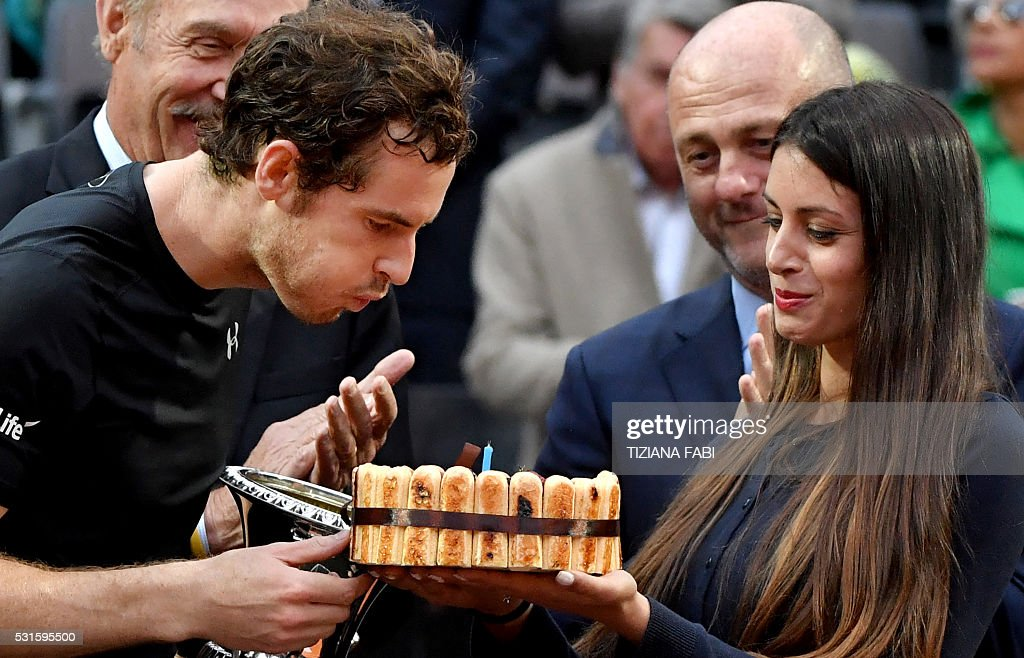 England's Andy Murray celebrates his birthday after winning the men's final match against Serbia's Novak Djokovic at the ATP Tennis Open on May 15, 2016 at the Foro Italico in Rome. / AFP / TIZIANA