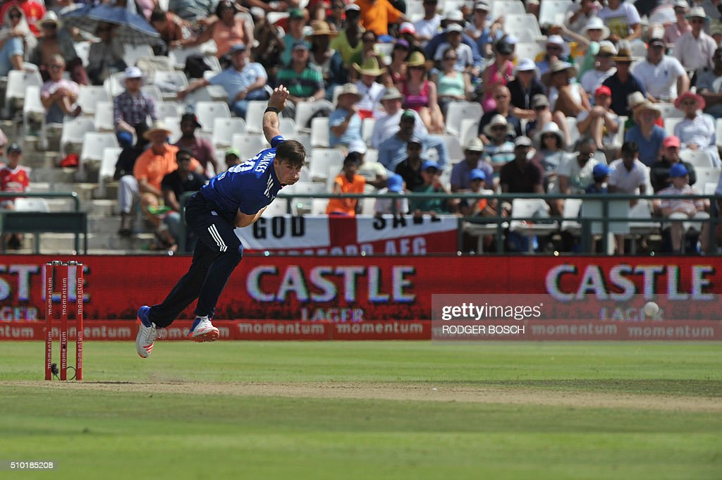 England's bowler Chris Woakes delivers a ball during the 5th and final One Day International(ODI) match South Africa vs England at Newlands stadium on February 14, 2016 in Cape Town. / AFP / RODGER BOSCH
