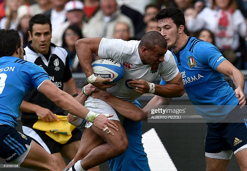 England's centre Jonathan Joseph (C) runs with the ball during the Six Nations international rugby union match between Italy and England at Rome's Olympic stadium on February 14, 2016. / AFP / ALBERTO PIZZOLI