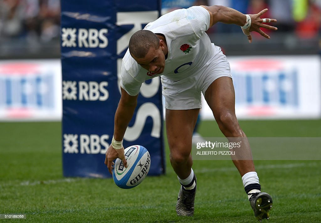 England's centre Jonathan Joseph scores a try during the Six Nations international rugby union match between Italy and England on February 14, 2016 at the Olympic stadium in Rome. / AFP / ALBERTO PIZZOLI