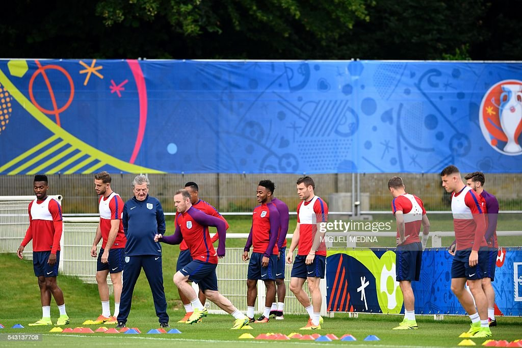 England's coach Roy Hodgson and England players attend a training session at the Bourgogne stadium in Chantilly on June 26, 2016, during the Euro 2016 football tournament. / AFP / MIGUEL