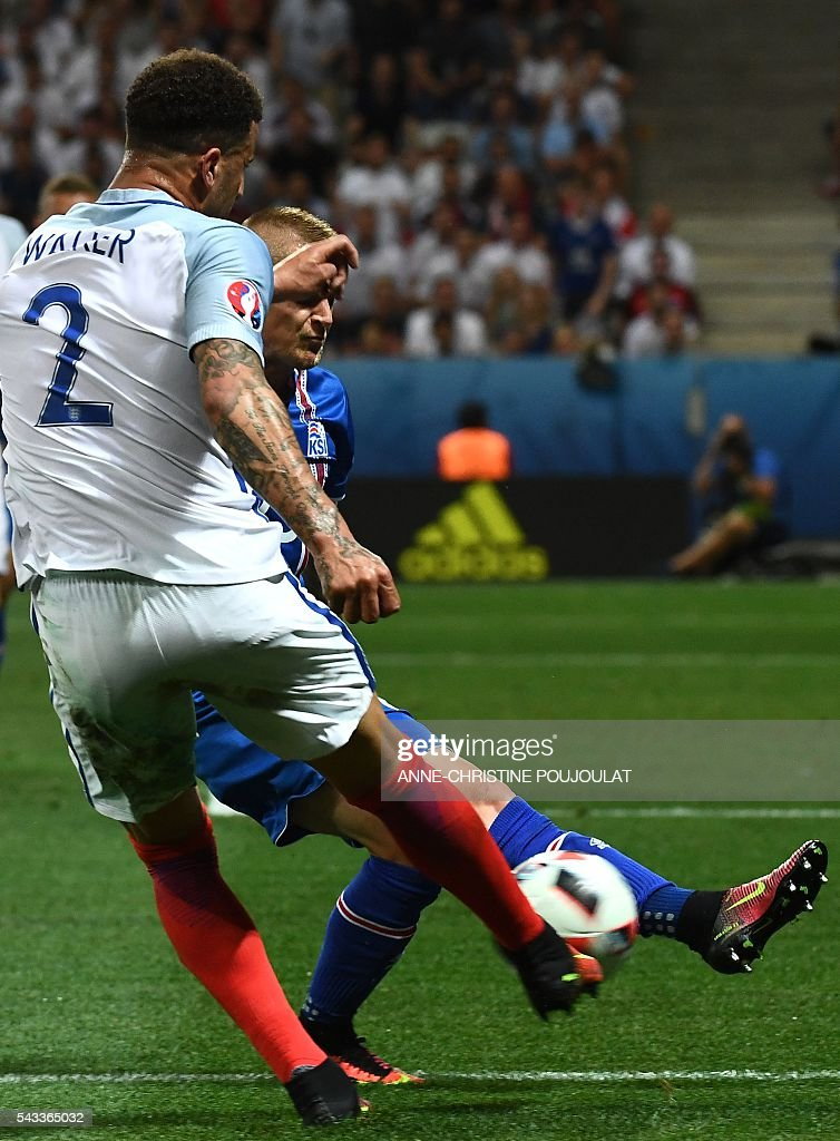 England's defender Kyle Walker (L) and Iceland's defender Ari Skulason vie for the ball during Euro 2016 round of 16 football match between England and Iceland at the Allianz Riviera stadium in Nice on June 27, 2016. / AFP / ANNE