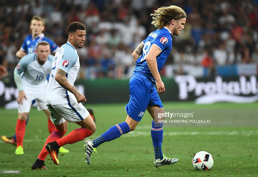 England's defender Kyle Walker (C) and Iceland's midfielder Birkir Bjarnason (R) vie for the ball during Euro 2016 round of 16 football match between England and Iceland at the Allianz Riviera stadium in Nice on June 27, 2016. / AFP / ANNE