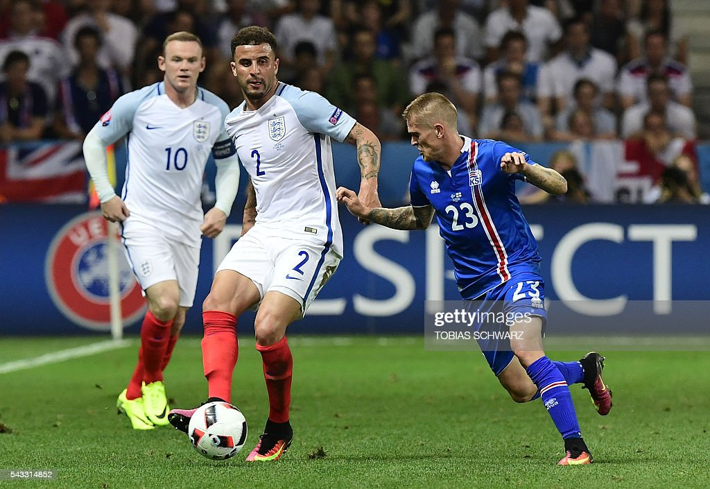 England's defender Kyle Walker (C) vies for the ball against Iceland's defender Ari Skulason during Euro 2016 round of 16 football match between England and Iceland at the Allianz Riviera stadium in Nice on June 27, 2016. / AFP / TOBIAS