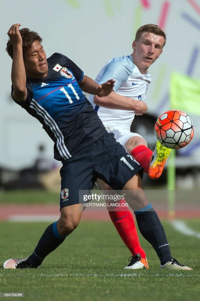 England's defender Matthew Targett (R) vies with Japan's forward Gakuto Notsuda during the 'Festival International Espoirs' Under 21 football match at the Leo-Lagrange stadium in Toulon, southern France, on May 27, 2016. / AFP / BERTRAND