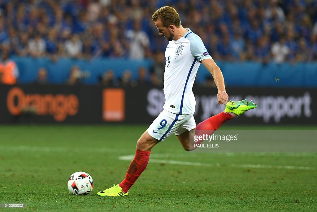 England's forward Harry Kane shoots the ball during Euro 2016 round of 16 football match between England and Iceland at the Allianz Riviera stadium in Nice on June 27, 2016. / AFP / PAUL