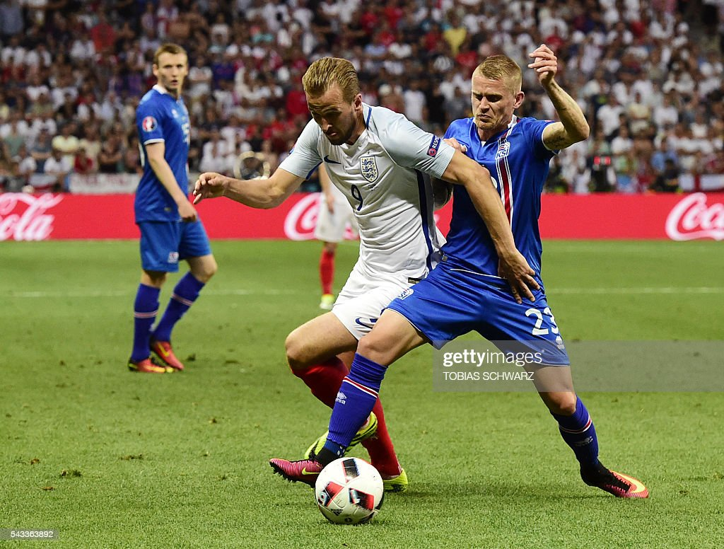 England's forward Harry Kane (L) vies for the ball against Iceland's defender Ari Skulason during Euro 2016 round of 16 football match between England and Iceland at the Allianz Riviera stadium in Nice on June 27, 2016. / AFP / TOBIAS