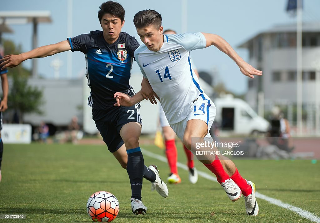 England's forward Jack Grealish (R) vies with Japan's defender Sai Van Vermeskerken during the 'Festival International Espoirs' Under 21 football match at the Leo-Lagrange stadium in Toulon, southern France, on May 27, 2016. / AFP / BERTRAND
