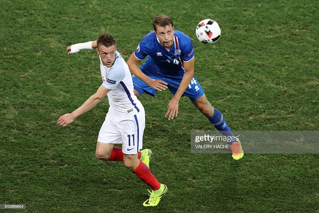 England's forward Jamie Vardy and Iceland's defender Kari Arnason vie for the ball during the Euro 2016 round of 16 football match between England and Iceland at the Allianz Riviera stadium in Nice on June 27, 2016. / AFP / Valery HACHE