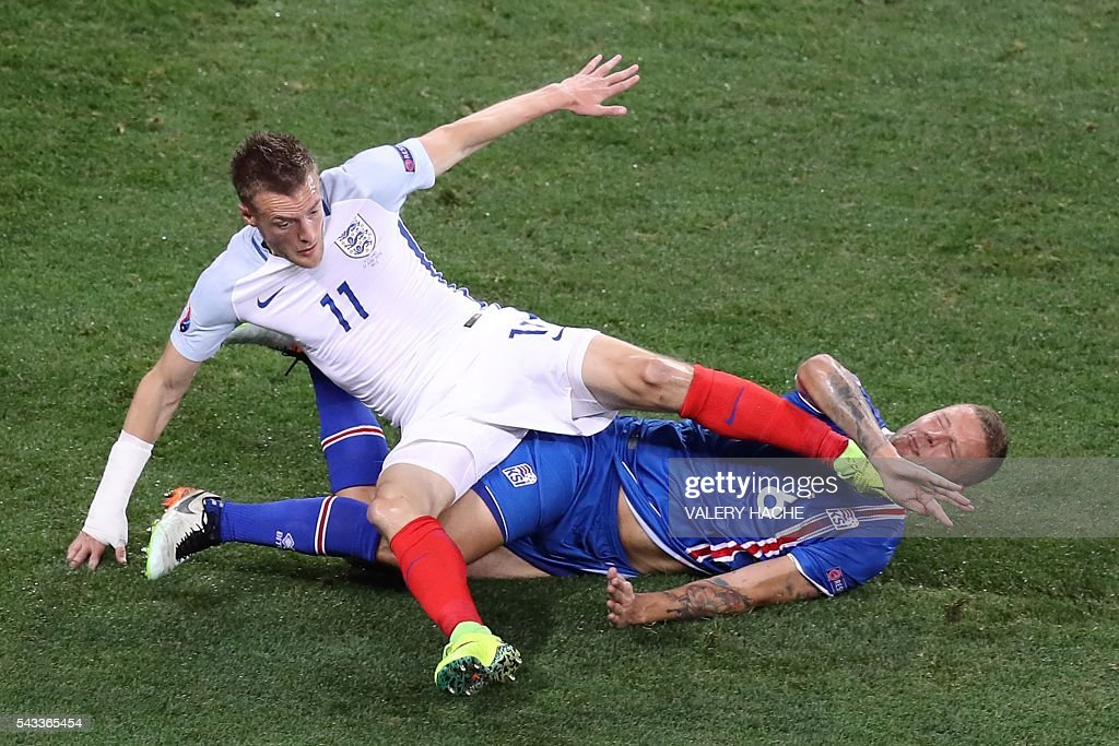 England's forward Jamie Vardy (top) and Iceland's defender Ragnar Sigurdsson vie for the ball during the Euro 2016 round of 16 football match between England and Iceland at the Allianz Riviera stadium in Nice on June 27, 2016. / AFP / Valery HACHE