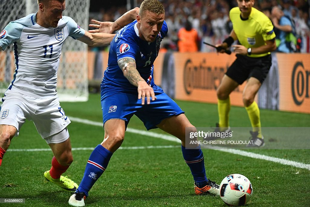 England's forward Jamie Vardy (L) and Iceland's defender Ragnar Sigurdsson vie for the ball during Euro 2016 round of 16 football match between England and Iceland at the Allianz Riviera stadium in Nice on June 27, 2016. / AFP / ANNE