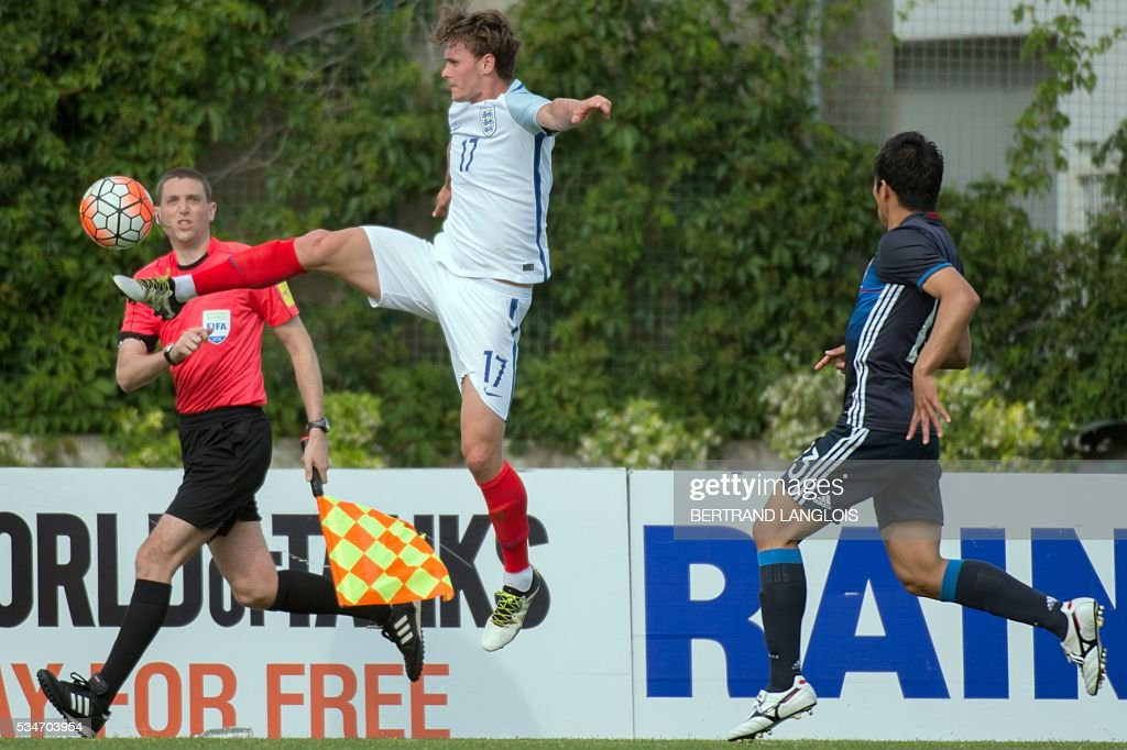 England's forward John Swift (C) controls the ball despite Japan's defender during the 'Festival International Espoirs' Under 21 football match at the Leo-Lagrange stadium in Toulon, southern France, on May 27, 2016. / AFP / BERTRAND