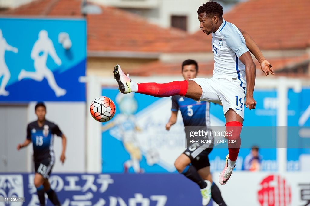 England's forward Kasey Palmer (C) controls the ball despite Japan's defenders during the 'Festival International Espoirs' Under 21 football match at the Leo-Lagrange stadium in Toulon, southern France, on May 27, 2016. / AFP / BERTRAND