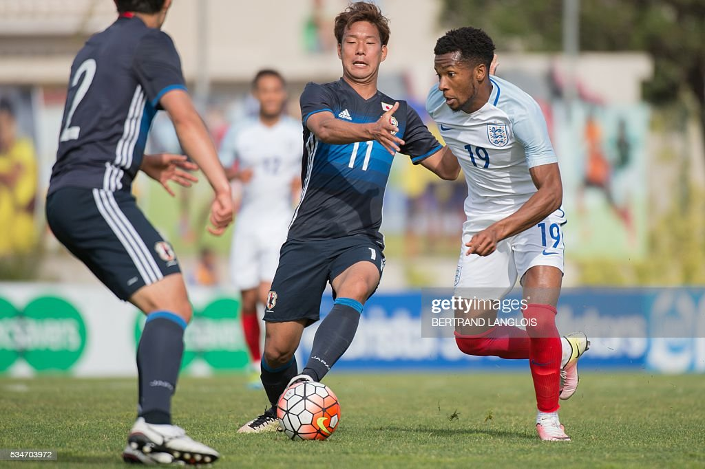 England's forward Kasey Palmer (R) vies with Japan's midfielder Gakuto Notsuda during the 'Festival International Espoirs' Under 21 football match at the Leo-Lagrange stadium in Toulon, southern France, on May 27, 2016. / AFP / BERTRAND