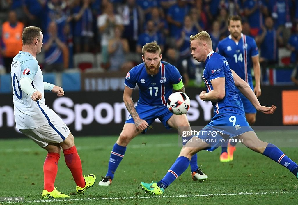 England's forward Wayne Rooney (L) and Iceland's forward Kolbeinn Sigthorsson (R) vie for the ball during Euro 2016 round of 16 football match between England and Iceland at the Allianz Riviera stadium in Nice on June 27, 2016. / AFP / ANNE