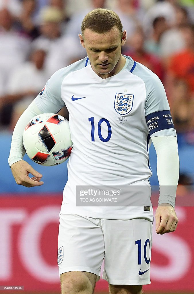 England's forward Wayne Rooney carries the ball to shoot a penalty shot during the Euro 2016 round of 16 football match between England and Iceland at the Allianz Riviera stadium in Nice on June 27, 2016. / AFP / TOBIAS