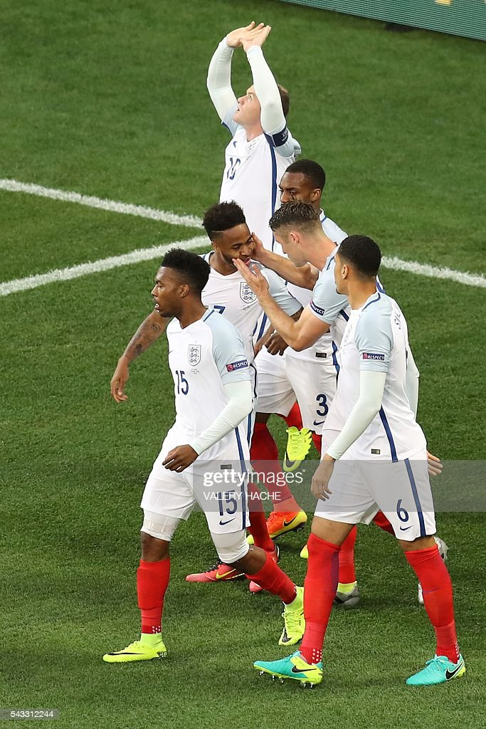 England's forward Wayne Rooney celebrates scoring the opening goal with team mates during the Euro 2016 round of 16 football match between England and Iceland at the Allianz Riviera stadium in Nice on June 27, 2016. / AFP / Valery HACHE