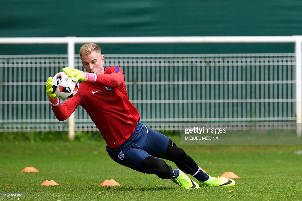 England's goalkeeper Joe Hart attends a training session at the Bourgogne stadium in Chantilly on June 26, 2016, during the Euro 2016 football tournament. / AFP / MIGUEL
