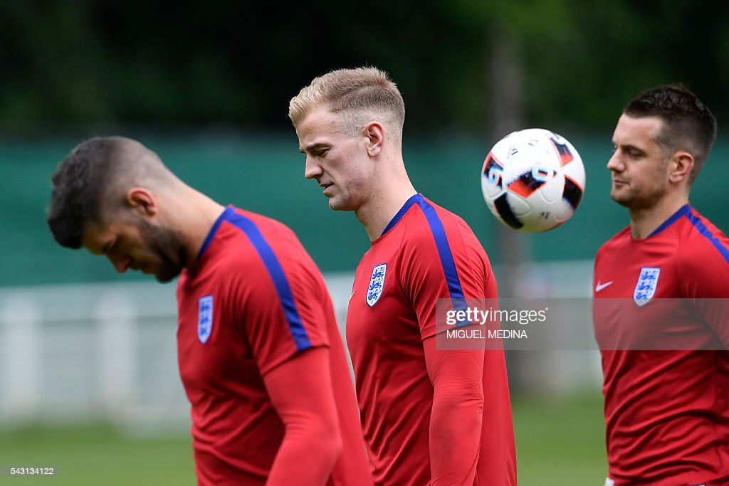 England's goalkeepers Joe Hart (C), Fraser Forster (L) and Tom Heaton attend a training session at the Bourgogne stadium in Chantilly on June 26, 2016, during the Euro 2016 football tournament. / AFP / MIGUEL