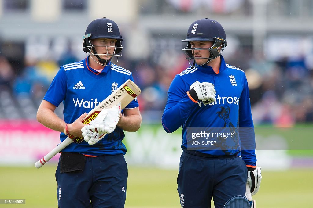 England's Jason Roy (L) and Joe Root make their way from the pitch as rain stops play in the third one day international (ODI) cricket match between England and Sri Lanka at Bristol cricket ground in Bristol, south-west England, on June 26, 2016. Chris Woakes and Liam Plunkett both took three wickets apiece as England held Sri Lanka to 248 for nine in the third one-day international at Bristol on Sunday. / AFP / JON
