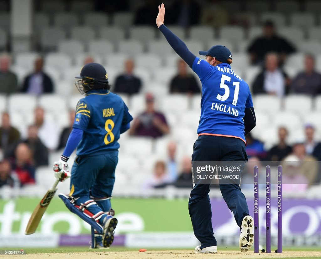 England's Jonny Bairstow (R) takes the wicket of Sri Lanka's Kusal Perera for one run during the fourth One Day International (ODI) cricket match between England and Sri Lanka at The Oval cricket ground in London on June 29, 2016. / AFP / OLLY
