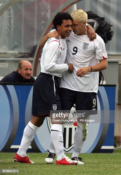 England's Kieran Richardson celebrates with Alan Smith after scoring