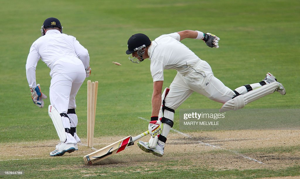 England's Matt Prior (L) tries to run out New Zealand's Neil Wagner on the last day of the four day warm-up international cricket match between New Zealand XI and England in Queenstown on March 2, 2013. AFP PHOTO / Marty MELVILLE