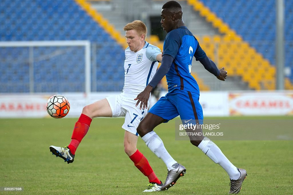 England's midfielder Duncan Watmore (L) vies with France's defender Moussa Niakhate during the 'Festival International Espoirs' Under 21 football final match France vs England at the Parc des Sports stadium in Avignon, southern France, on May 29, 2016. / AFP / BERTRAND