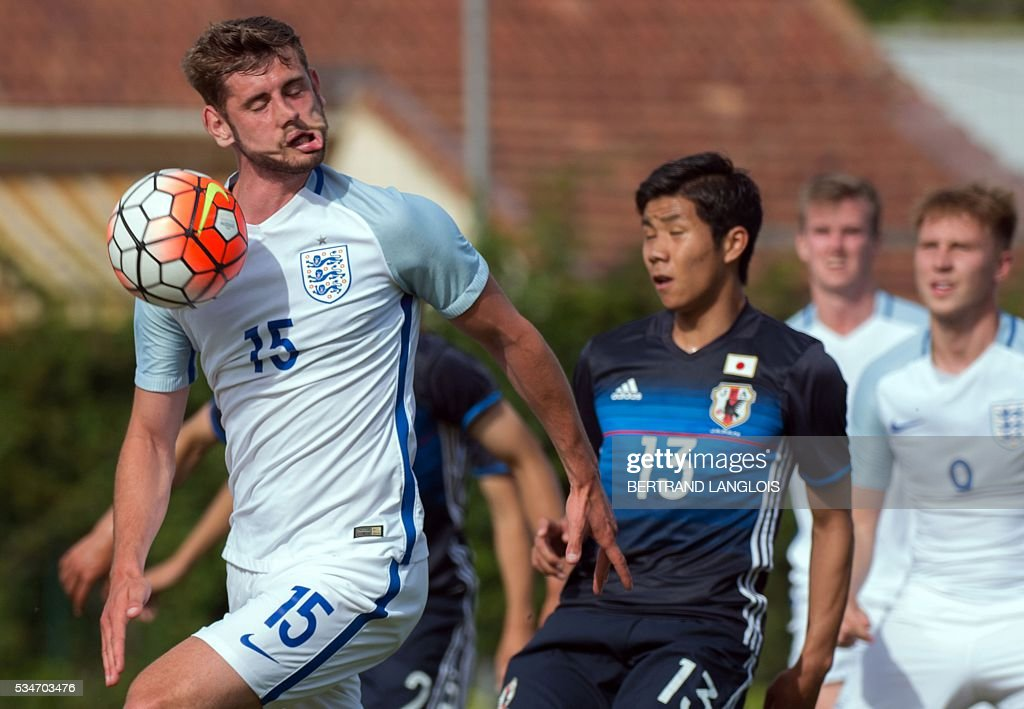 England's midfielder Jack Stephens (L) vies with Japan's midfielder Hiromu Mitsumaru during the 'Festival International Espoirs' Under 21 football match at the Leo-Lagrange stadium in Toulon, southern France, on May 27, 2016. / AFP / BERTRAND