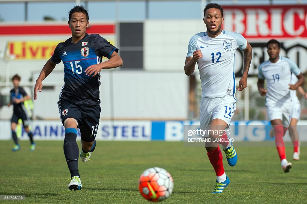England's midfielder Lewis Baker (R) vies with Japan's midfielder Takuya Kida during the 'Festival International Espoirs' Under 21 football match at the Leo-Lagrange stadium in Toulon, southern France, on May 27, 2016. / AFP / BERTRAND