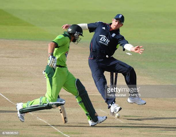 England's Paul Collingwood attempts to run out Pakistan's Shahid Afridi