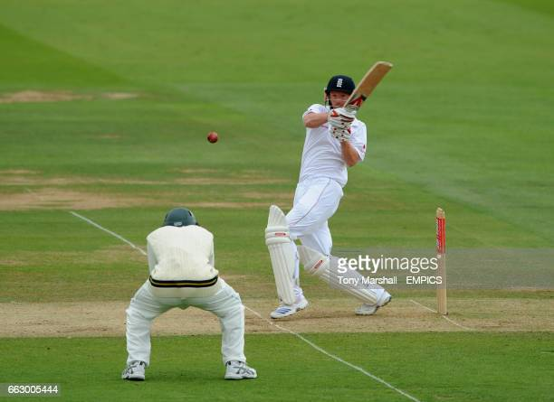 England's Paul Collingwood hits out over the head of South Africa's Hashim Amla