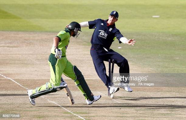 England's Paul Collingwood trys to stump Pakistan's Shahid Afridi during the fourth One Day International at Lords London
