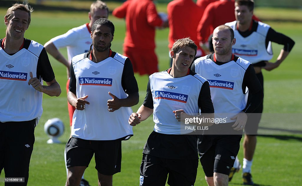 England's Peter Crouch (L), Glen Johnson, Stephen Warnock, Wayne Rooney and Steven Gerrard run during a training session at the Royal Bafokeng Sports Campus near Rustenburg on June 5, 2010.