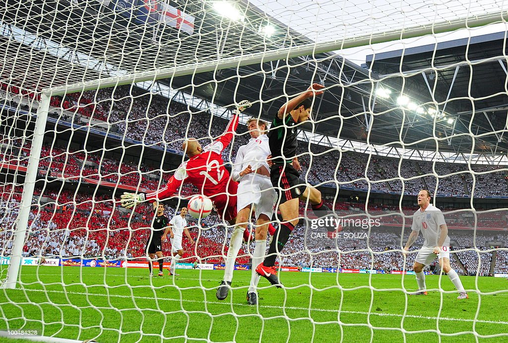 England's Wayne Rooney (R) watches as Peter Crouch (C) scores during their international friendly football match at Wembley Stadium in London on May 24, 2010 AFP PHOTO/Carl de Souza