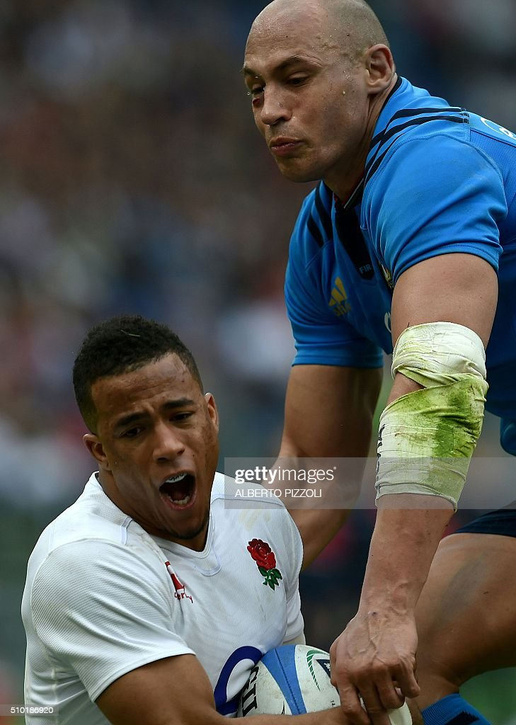 England's wing Anthony Watson (L) and Italy's Number Eight Sergio Parisse go for the ball during the Six Nations international rugby union match between Italy and England on February 14, 2016 at the Olympic stadium in Rome. / AFP / ALBERTO PIZZOLI