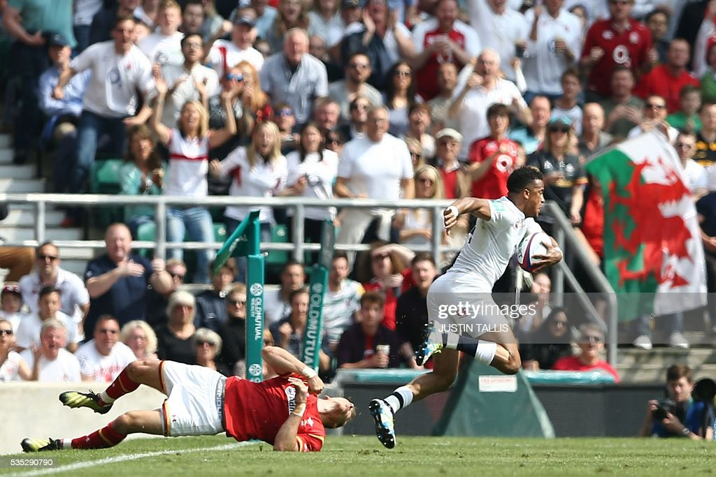 England's wing Anthony Watson (R) breaks free from the tackle of Wales' full back Liam Williams (L) to score a try during the international rugby union match between England and Wales at Twickenham Stadium in west London on May 29, 2016. / AFP / JUSTIN