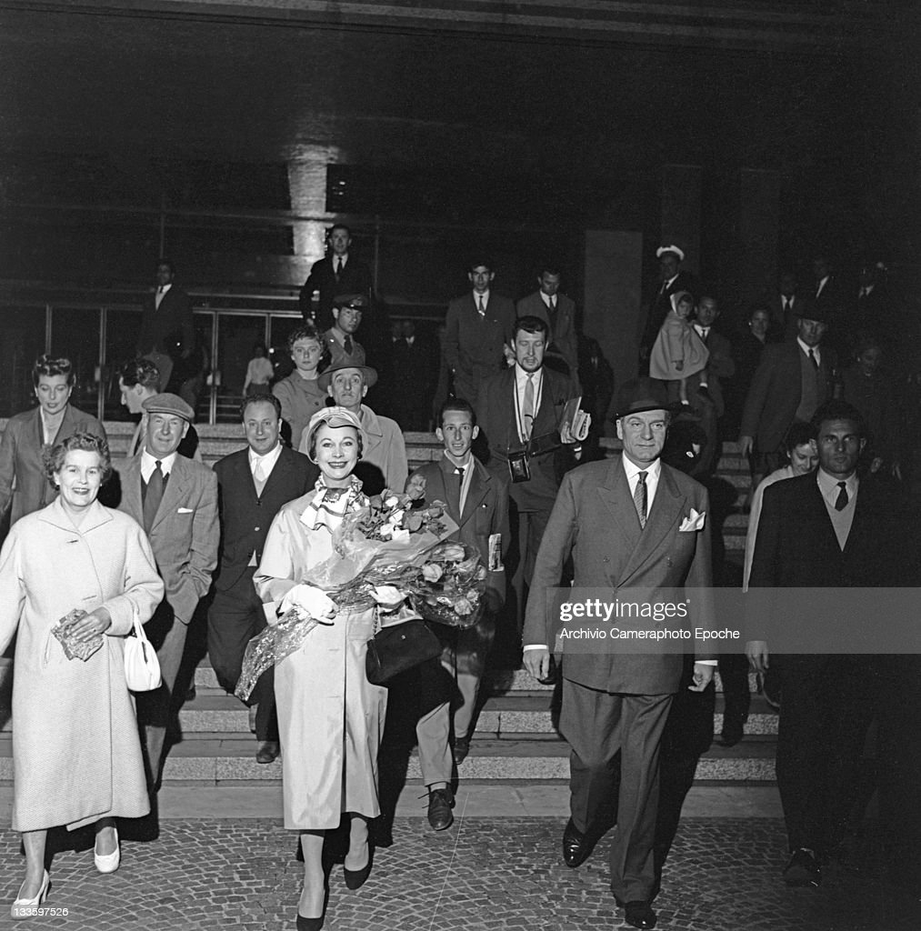 English actor <a gi-track='captionPersonalityLinkClicked' href=/galleries/search?phrase=Laurence+Olivier&family=editorial&specificpeople=80991 ng-click='$event.stopPropagation()'>Laurence Olivier</a> with his wife <a gi-track='captionPersonalityLinkClicked' href=/galleries/search?phrase=Vivien+Leigh&family=editorial&specificpeople=203321 ng-click='$event.stopPropagation()'>Vivien Leigh</a> portrayed while getting out the train station, Venice, 1957.