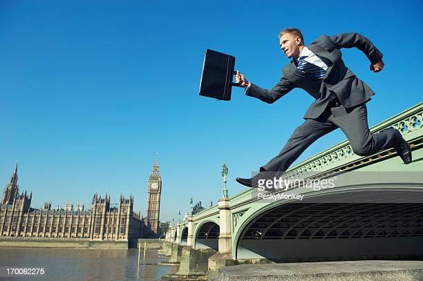 English Geschäftsmann MP Jumping in Westminster Bridge in London